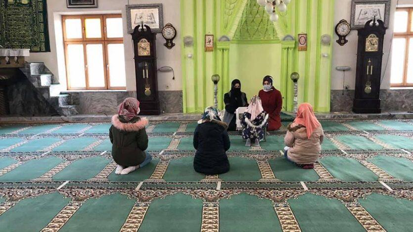 """Komisioni për Vlerësim të Nxënësve të Mektebeve vizitoi nxënësit e mektebit të xhamisë """"Sfillare e Poshtme""""."""